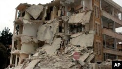Cảnh tàn phá sau khi 2 quả bom nổ gần một khu quân sự ở thành phố Idlib, trong vùng tây bắc Syria