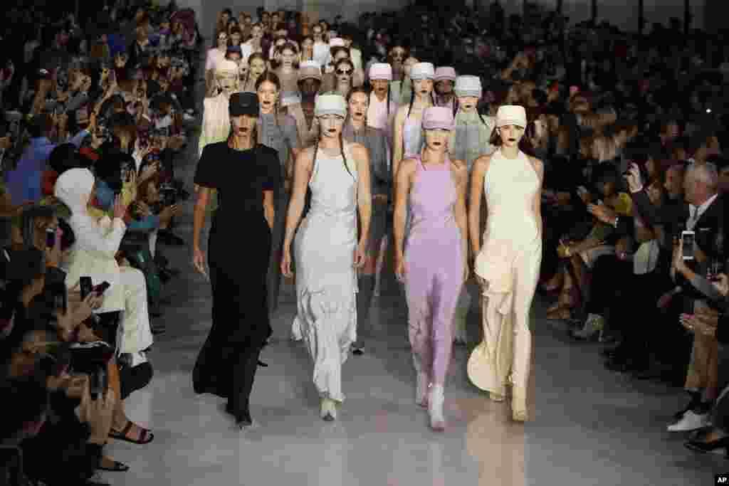 이탈리아 밀란 패션 위크에서 모델들이 맥스 마라 봄-여름 2020 콜렉션 의상을 선보이고 있다.