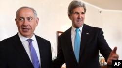 El primer ministro israelí Benjamin Netanyahu (izq.), junto al secretario de Estado John Kerry, en otro esfuerzo por reanudar los diálogos de paz entre Israel y Palestina.