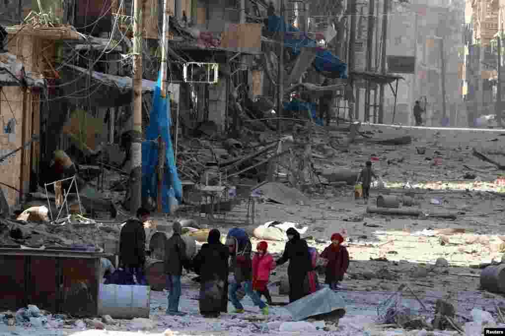 مردم حلب از وحشت درگیریها بین نیروهای دولتی و شورشیان، شهر را ترک میکنند.