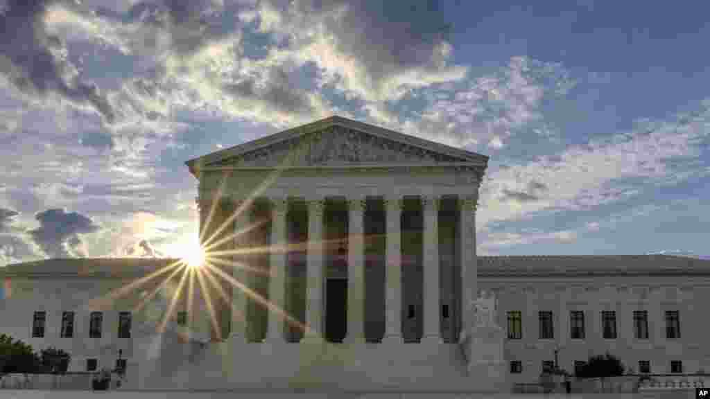旭日东升时分的美国最高法院(2017年6月25日)。法院系统是美国三权分立的政府的三个分支之一。