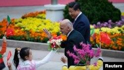 Afg'oniston Prezidenti Hamid Karzay (chapda) Xitoy davlat rahbari Si Zinpin bilan, Pekin, 28-oktabr, 2014-yil.