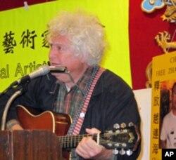艺术家奥图曼自弹自唱自作曲的天安门纪念歌