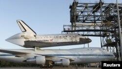 """El avión sobrevolará la conocida como """"costa del espacio"""" en Florida para que aquellos que han trabajado en el programa de los transbordadores y aficionados al espacio puedan despedirse del Discovery"""