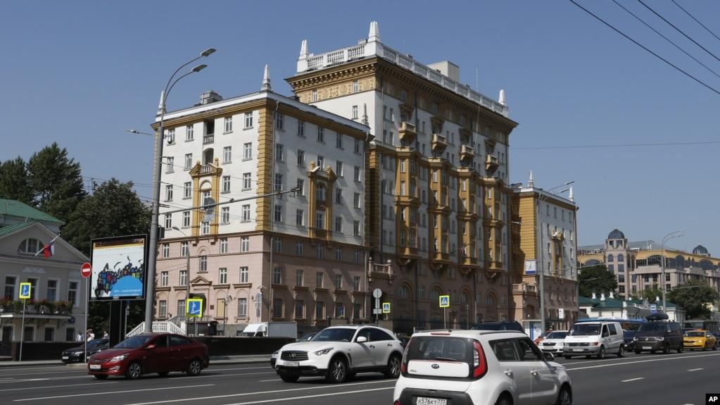 Ambasada amerikane në Moskë pezullon lëshimin e vizave për jo-emigrantët