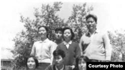 1964年5月1日,黃萬里夫婦與子女在清華新林院5號甲(黃萬里研究基金圖片)