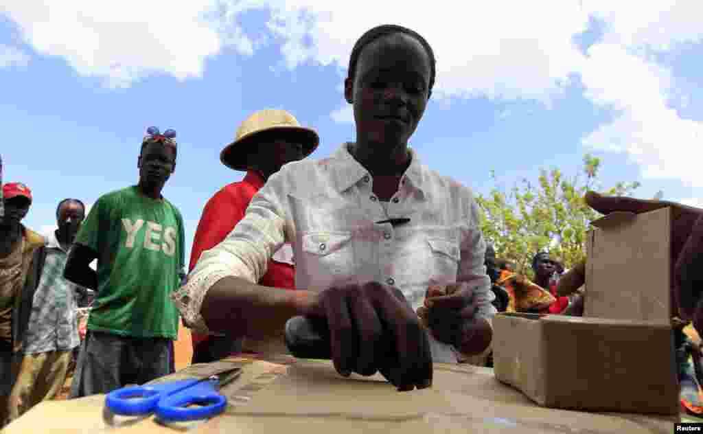 صدر براک اوباما سے اظہار یکجہتی کے لیے کینیا میں واقع ان کے آبائی قصبے میں فرضی ووٹنگ