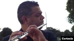 """Nicolás Real produjo en 2004 su primer disco como solista titulado """"Nicolás Real-Música Oriental Venezolana"""" en el que explora la riqueza musical de la región oriental de su natal Venezuela."""