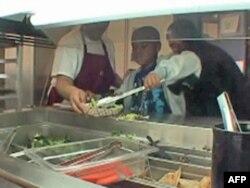 U školskoj kafeteriji djaci mogu da se posluže svežim povrćem i salatom.