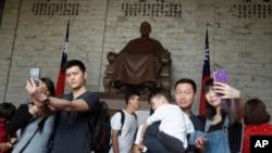 中國遊客在台北中正紀念堂蔣介石銅像前擺姿勢拍照。(2019年4月4日)