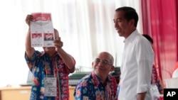 Presiden Jokowi di salah satu TPS di Jakarta, Rabu, 17 April 2019.