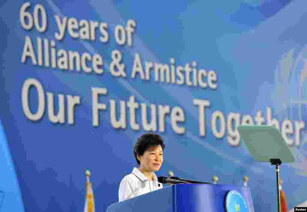 한국 서울 전쟁기념관에서 27일 한국전 정전 60주년 기념식이 열린 가운데, 박근혜 한국 대통령이 기념사를 하고 있다.