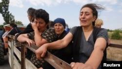 Грузинські жінки, які були вимушені полишити своє село поблизу міста Цхінвалі в Південній Осетії 10 серпня 2008 р.