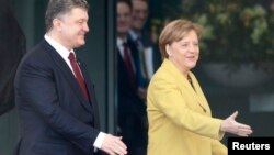 16일 독일 베를린 총리관저에서 앙겔라 메르켈 총리(오른쪽)가 페트로 포로센코 우크라이나 대통령을 맞이하고 있다.