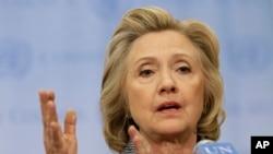 Hilary Clinton s'expliquant devant la presse mardi (AP)