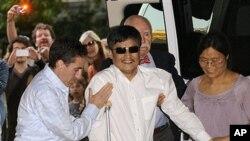 지난 19일 뉴욕에 도착한 중국인 인권변호사 천광청 (가운데).