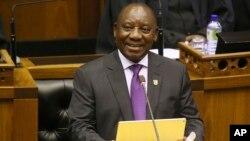 Presiden baru Afrika Selatan Cyril Ramaphosa memberikan pidato di depan Parlemen di Cape Town, hari Jumat (16/2).