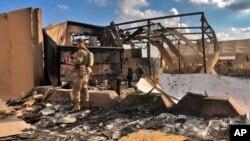 امریکی فوجی عراق کے عین الاسد فضائی اڈے پر ایرانی میزائل حملے کے بعد کی صورت حال کا معائنہ کر رہا ہے (فائل)