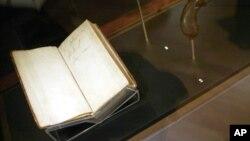 La Bible Charles Darwin's , American Museum of Natural History in New York, Nov. 15, 2005.