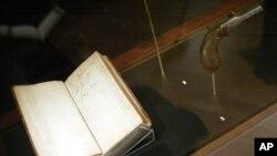 کتابی از داروین و تپانچه او.