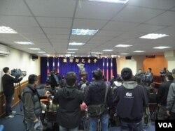 台湾国防部3月26日记者会 (美国之音申华拍摄)