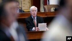 """El representante Charlie Geren, de Texas, responde preguntas durante el debate sobre el proyecto de ley de """"ciudades santuarios"""" que fue aprobado por la Cámara de Representantes de Texas, el miércoles, 26 de abril de 2017."""