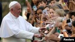 Le pape François salue des étudiants à de l'ambassafe du Vatican à Washington.24 septembre 2015.