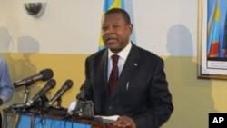 M. Lambert Mende lors d'un point de presse à Kinshasa (AP)