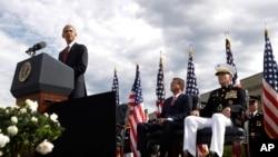 Presiden Barack Obama, yang didampingi Menhan Ash Carter dan Kastaf Gabungan Jend. Joseph Dunford, berbicara dalam sebuah upacara peringatan di Pentagon (11/9) untuk memperingati 15 tahun terjadinya serangan 11 September. (foto: AP Photo/Manuel Balce Ceneta)