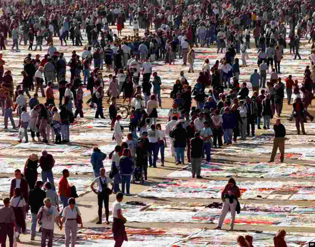 """En 1996, """"El edredón de VIH"""" tenía más de 40.000 paneles, los cuales representaban un 12% de las muertes por VIH en Estados Unidos."""