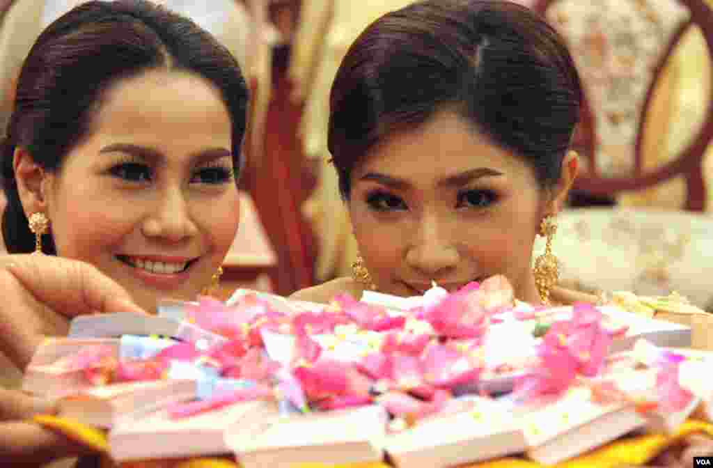 Overlooking the gift plate of cash at the traditional Thai ceremony. (Daniel Schearf/VOA)