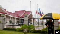 Binh sĩ Lào đứng gác bên ngoài Trung tâm Hội nghị Quốc gia, nơi sẽ diễn ra Hội nghị Cấp cao ASEAN ở Vientiane, Lào, 5/9/2016.