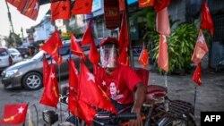 NLD ပါတီအလံေတြ တပ္ဆင္ထားတဲ့ ရန္ကုန္ၿမိဳ႕က ဆုိက္ကားတစီး။ (စက္တင္ဘာ ၃၊ ၂၀၂၀)