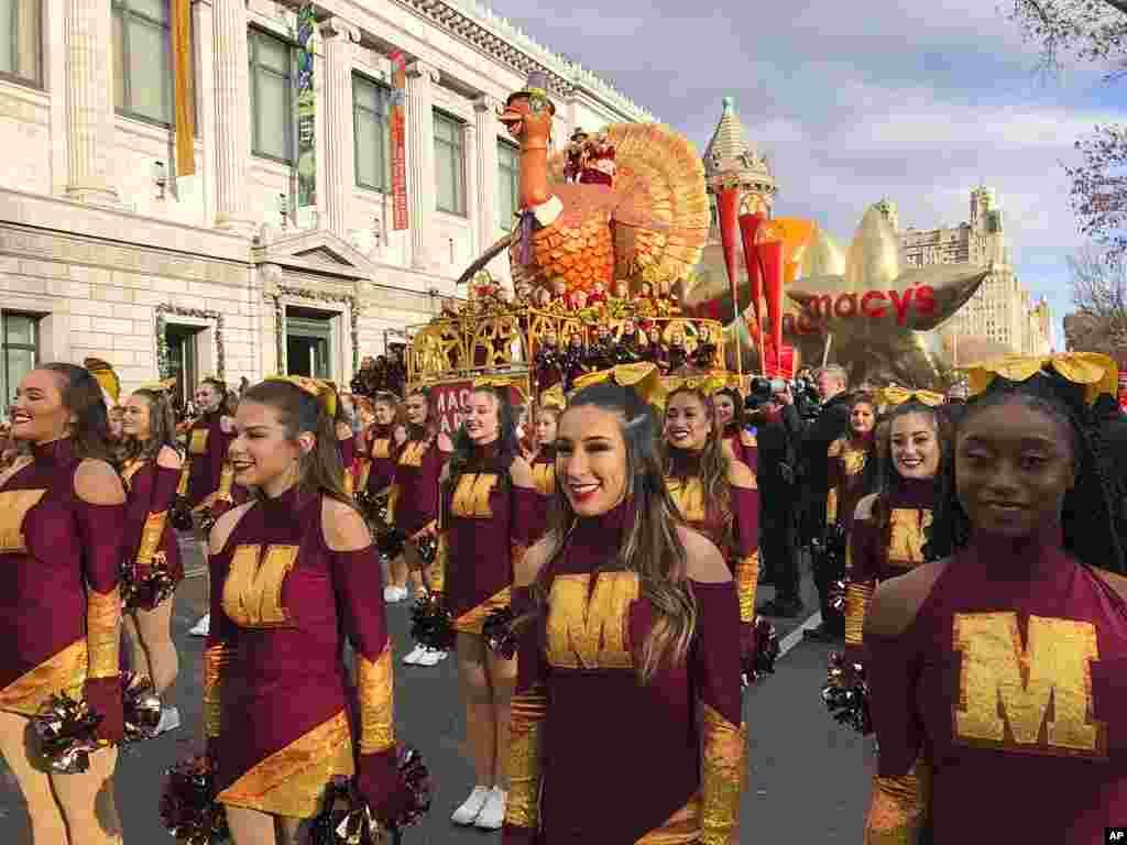 Los miembros del equipo de baile de la Universidad Estatal de Texas se destacan al comienzo del desfile del Día de Acción de Gracias de Macy's.