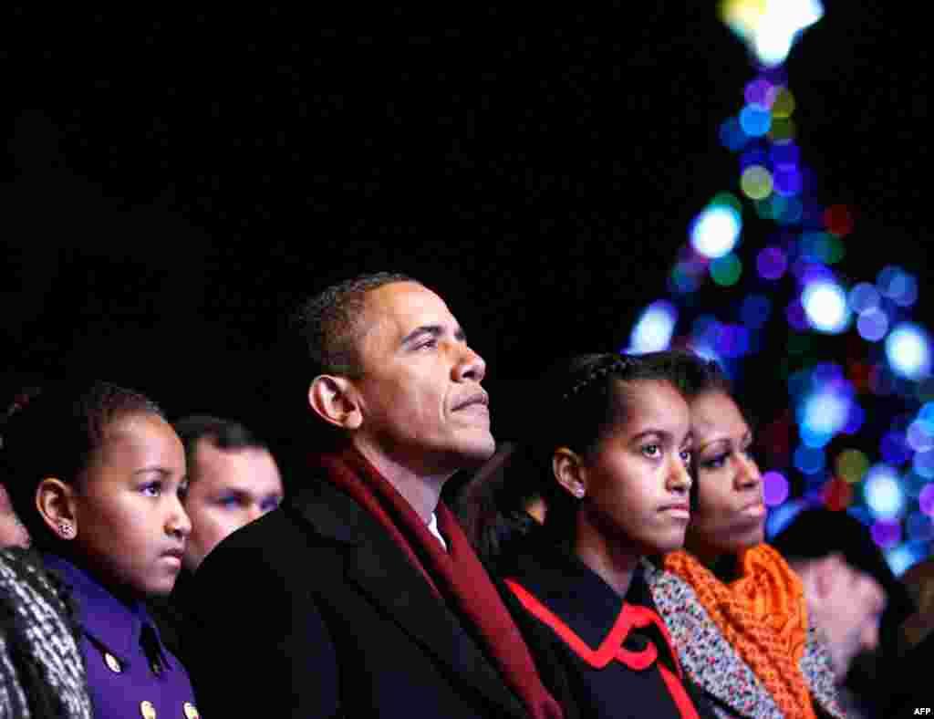 Президент США Барак Обама, супруга Мишель и дочери Саша и Малия с бабушкой Мэриан Робинсон на церемонии зажигания огней на рождественской елке в Вашингтоне. Фото AP