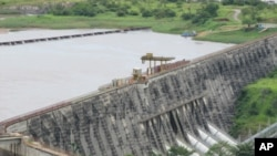 Le célèbre barrage hydroélectrique Inga One sur le fleuve Congo vu depuis le pont d'observation du Belvédère (mars 2011)