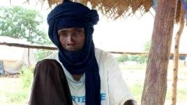 Malian refugee prepares afternoon tea at Sag-Nioniogo camp, Burkina Faso, Oct. 9, 2013. (Jennifer Lazuta for VOA)