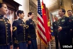 2014年5月14日中国军队总参谋长房峰辉在美国国防大学的欢迎仪式上和美国陆军军乐队人员交谈(美国国防部照片)