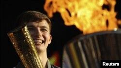 26일 런던 하이드 파크에서 열린 올림픽 성화 기념 행사에서 성화대에 불을 붙이는 타일러 릭스.