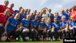 Le roi Willem-Alexander et la reine Maxima des Pays-Bas avec l'équipe nationale féminine de football, Toronto, Canada, 29 mai 2015.