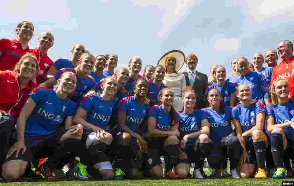 O Rei Willem-Alexander e a Rainha Maxima da Holanda posam com a equipa national feminina da Holanda aós o treino dias antes do início do Mundial de Futebol Feminino 2015 da FIFA em Toronto, Canadá. 29 de Maio, 2015
