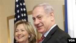 Perdana Menteri Israel Benjamin Netanyahu (kanan) dalam lawatannya ke New York pekan lalu, berjabat tangan dengan Menteri Luar Negeri Amerika Hillary Clinton.