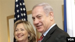 Menlu AS Hillary Rodham Clinton dan PM Israel Benjamin Netanyahu dalam pertemuan di New York hari ini.