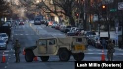 Kendaraan militer memblokir jalan dekat kawasan yang diamankan untuk pelantikan Presiden Joe Biden di dekat Black Lives Matter Plaza, di Washington D.C., Rabu, 20 Januari 2021. (Foto: Reuters)