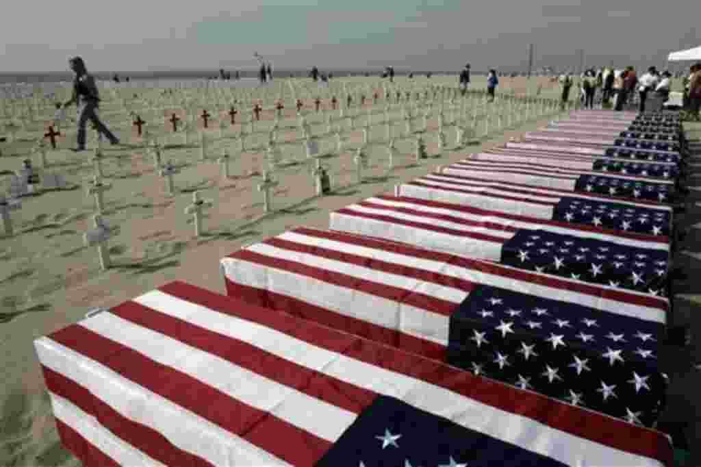 Un simulacro de 13 ataúdes envueltos en banderas, una para cada soldado muerto en Irak durante la semana anterior a la celebración del Día de los Veteranos en 2006. California.