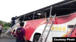 Bus yang mengalami kecelakaan dan terbakar di sebuah jalan bebas hambatan yang sibuk di Taipei, Taiwan, Selasa (19/7).