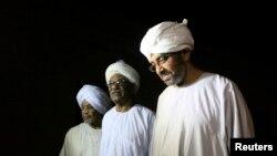 Tiga orang tahanan politik Sudan berjalan meninggalkan penjara Kober di Khartoum, sesaat setelah dibebaskan (2/4).