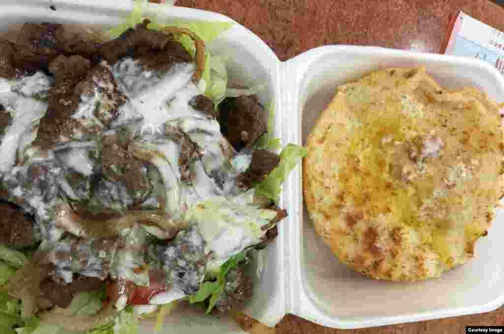 Đặc sản kangaroo burger của Úc mà tác giả đã thưởng thức. (Ảnh: Bùi Văn Phú)