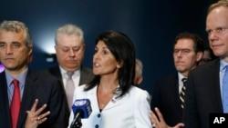 Đại sứ Mỹ tại Liên Hiệp Quốc Nikki Haley nói với các phóng viên bên ngoài Đại Hội Đồng Liên Hiệp Quốc ngày thứ Hai 27/3/2017