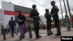 Polisi mengenakan masker saat berpatroli di jalanan Bogota, Kolombia, di tengah pandemi Covid-19, 1 Juli 2020. (Foto: dok).